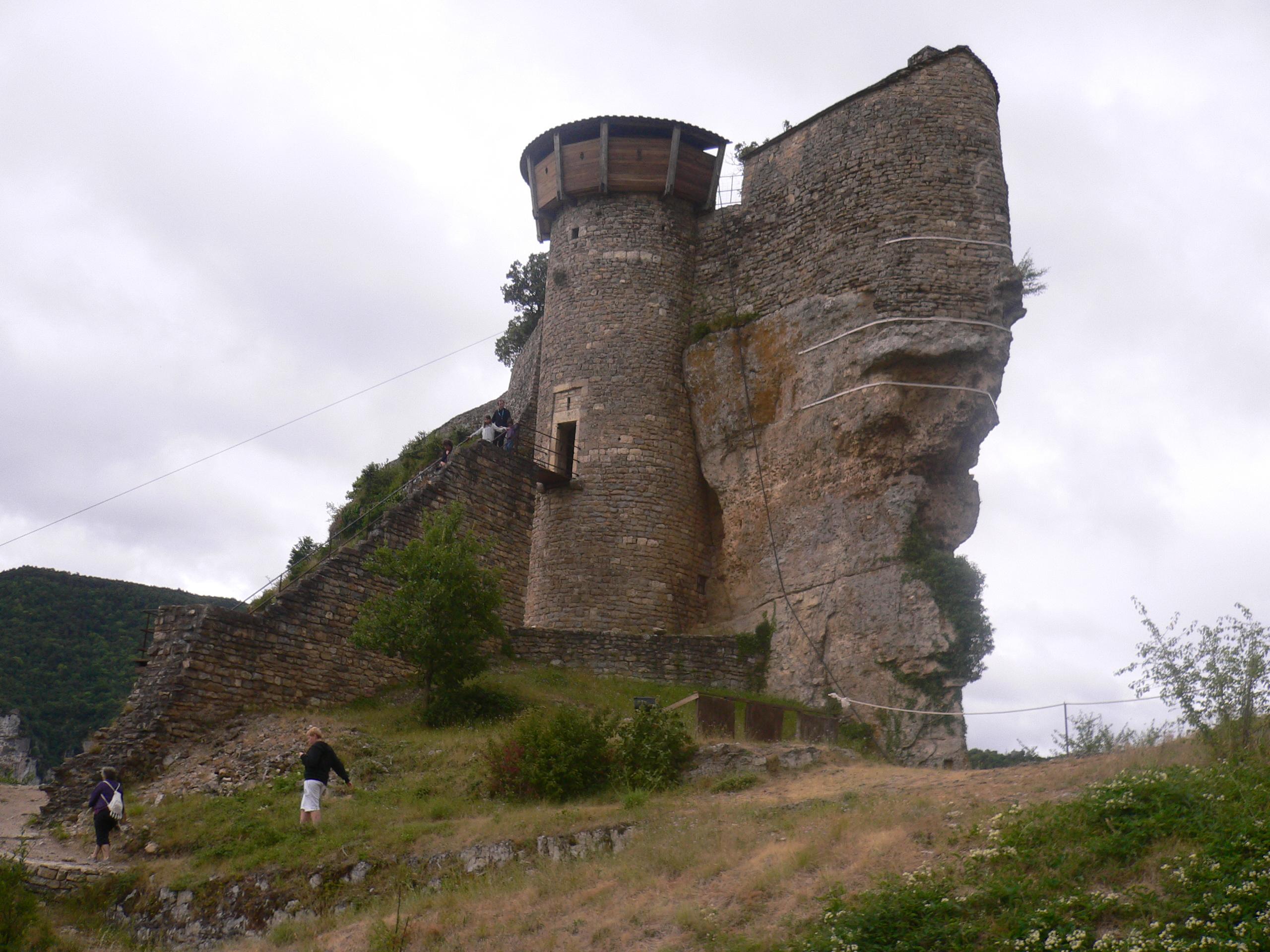 Dans l'enceinte du château