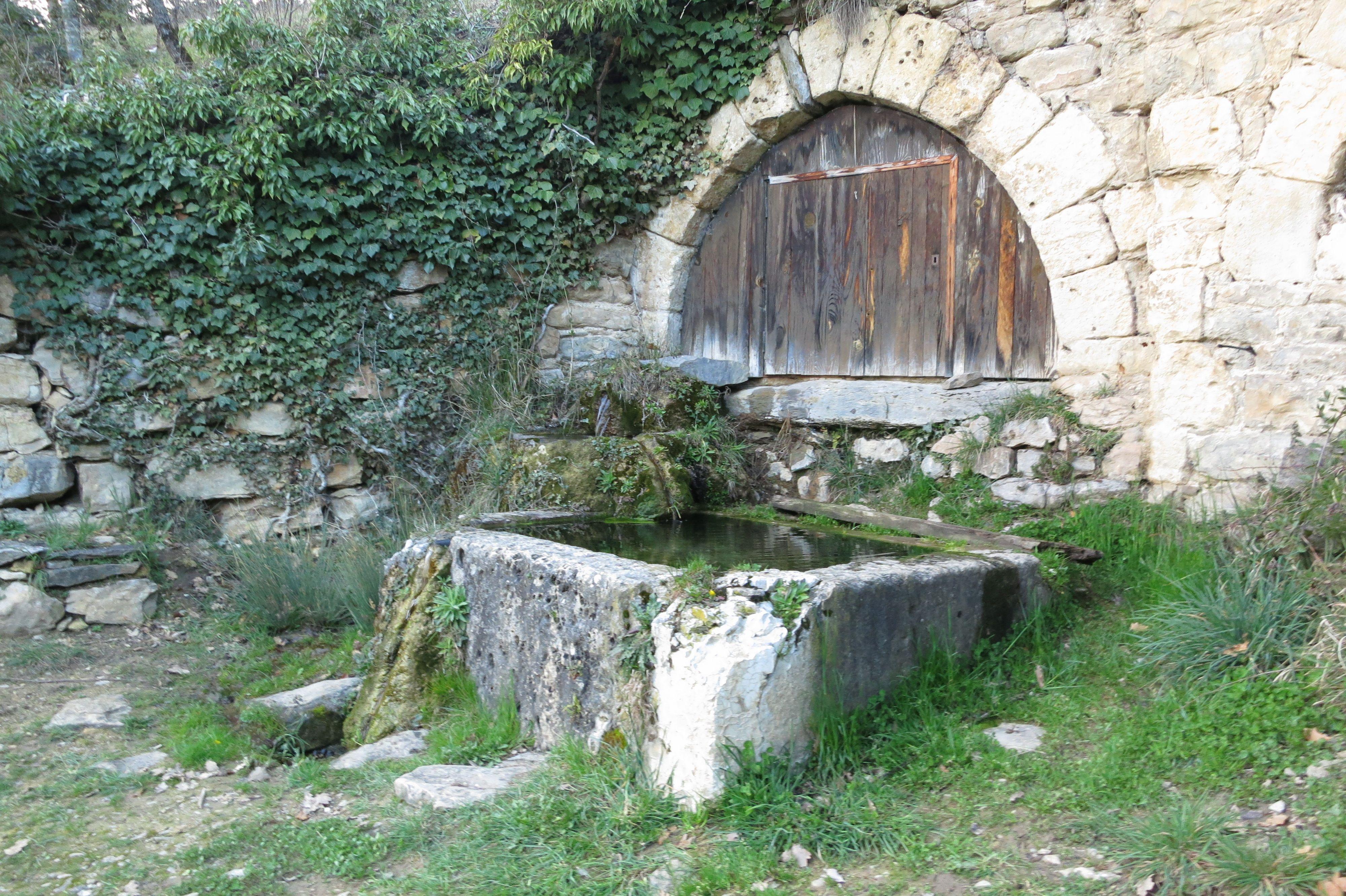 La fontaine du village de Peyrelade