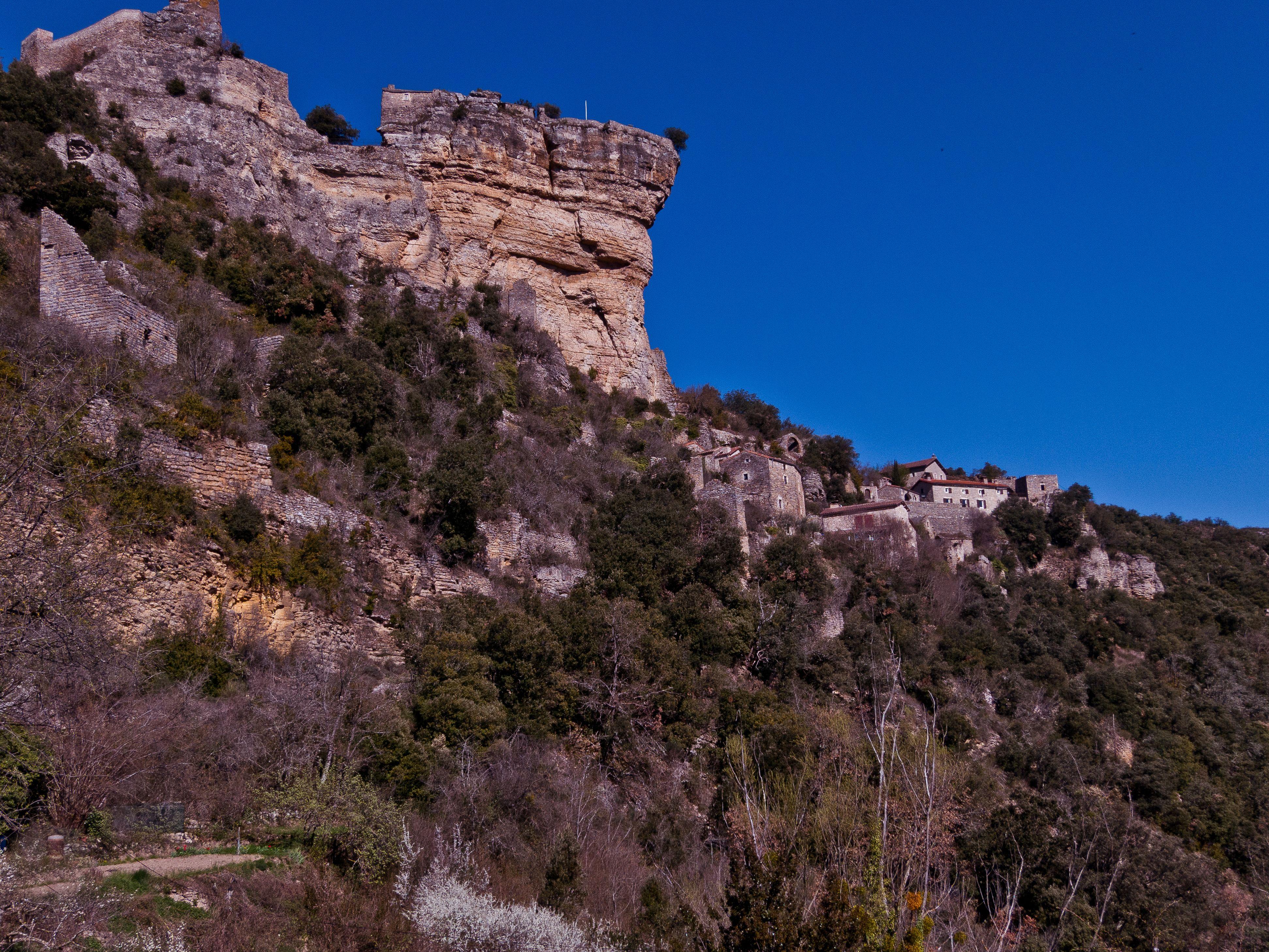 Le gîte Namasté sous son rocher de Peyrelade